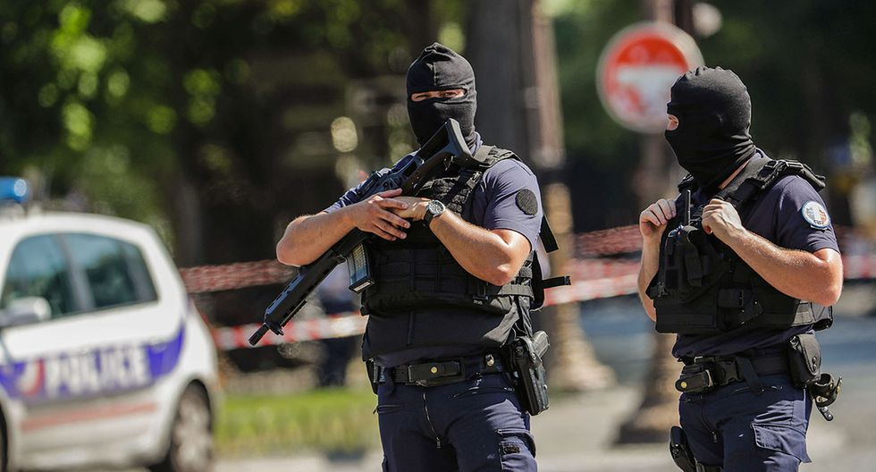 """Anti-riot police officers patrol the Champs-Elysees avenue on June 19, 2017 on the Champs-Elysees avenue in Paris, after a car crashed into a police van before bursting into flames, with the driver being armed, probe sources said. A source close to the investigation said the driver was """"seriously injured"""".  / AFP / Thomas SAMSON"""