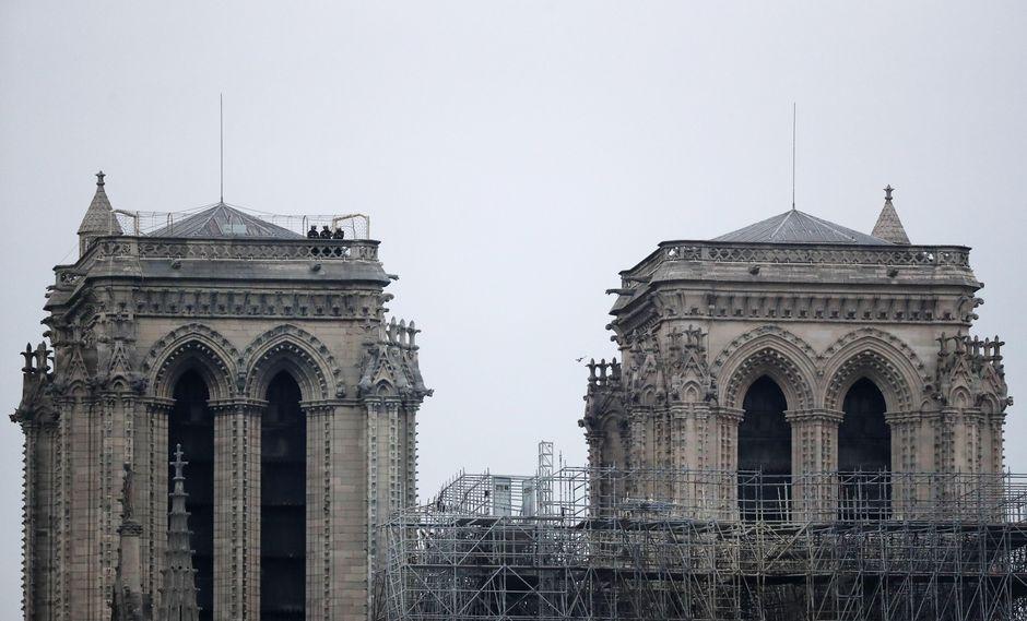 Pese al voraz incendio que azotó la catedral de Notre Dame, su icónica fachada se mantuvo en pie. (Foto: EFE)