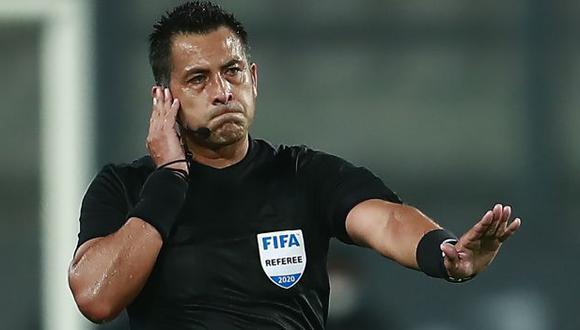 Julio Bascuñán estará como asistente VAR este martes en el River vs. Palmeiras. (Foto: AFP)