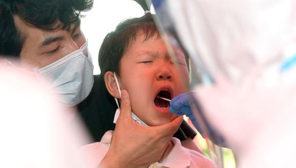 Un niño es sometido a una prueba de ácido nucleico para el coronavirus en Wuhan, en la provincia central de Hubei, en China, el 3 de agosto de 2021. (Foto de STR / AFP).