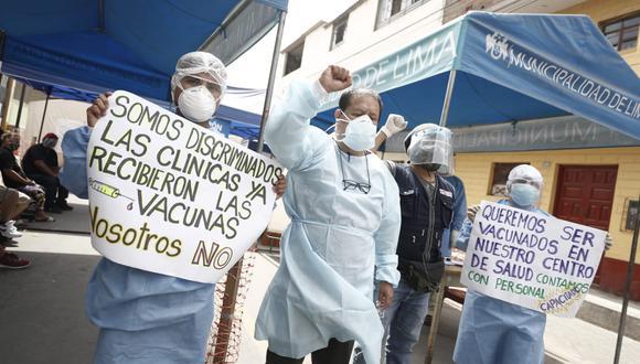 Personal del centro de salud Conde de la Vega, en el cercado de lima, protestan por no ser vacunados. (César Campos/@photo.gec)