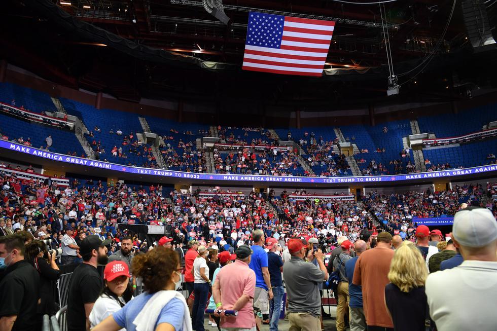Donald Trump no consiguió llenar el estadio de Tulsa para 19.000 personas donde realizó su primer mitin de campaña en tres meses. (Foto: Nicholas Kamm / AFP).