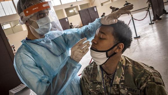 Un soldado del ejército de Estados Unidos es sometido a una prueba de coronavirus. (Foto de FADEL SENNA / AFP).