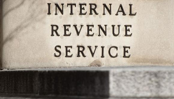 El Servicio de Impuestos Internos provee a los contribuyentes de Estados Unidos ayuda para entender y cumplir con sus responsabilidades tributarias según la ley de impuestos (Foto por SAUL LOEB / AFP)