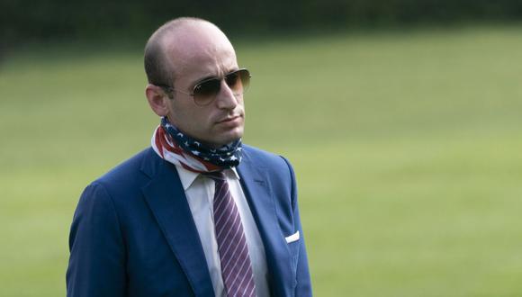 El asesor Stephen Miller regresa a la Casa Blanca, en Washington. (EFE/Chris Kleponis).