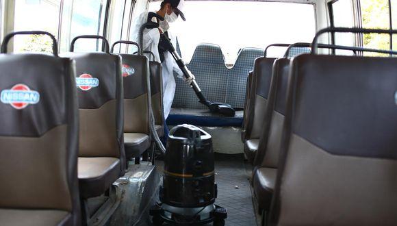 La Municipalidad de Miraflores realizó una muestra de cómo debería extraerse la suciedad en unidades de transporte público. (Foto: Hugo Curotto)