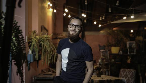 """lima 2 de noviembre del 2019Carlos Galiano es director de teatro. Ha dirigido las obras: """"Newmarket"""", """"Las Tres viudas"""", """"Barrionuevo"""". Además ha actuado en Av. Larco, (película y obra). Es, también, guitarrista de """"Chabelos"""" Y está por sacar un nuevo disco, por primera vez en solitario."""