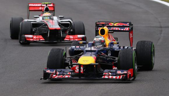SAO PAULO, BRAZIL - NOVEMBER 25:  Sebastian Vettel of Germany and Red Bull Racing leads from Lewis Hamilton of Great Britain and McLaren on his way to finishing in sixth position and clinching the drivers world championship during the Brazilian Formula O