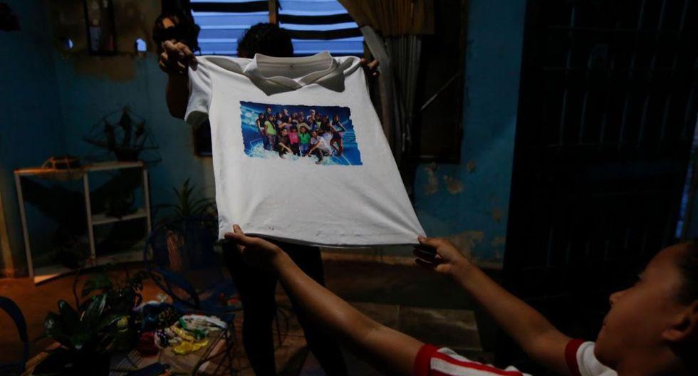 Los familiares muestran una camiseta de Maroly en su casa. (Foto: Reuters)