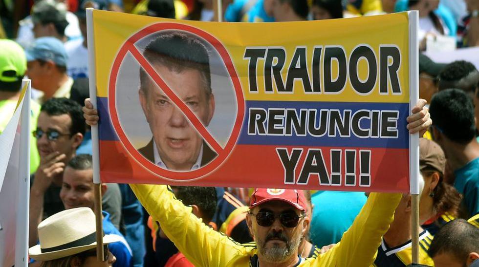 """""""¡No más Santos!"""": miles marchan en protesta liderada por Uribe - 1"""