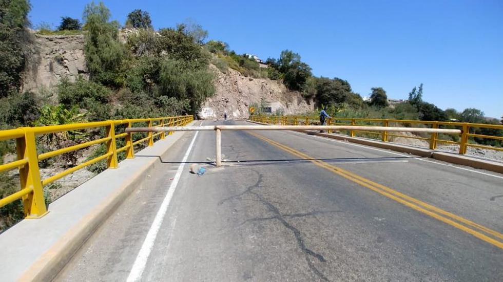 Desde el lunes, un grupo de agricultores de Tumilaca, ubicado en el distrito de Samegua, mantiene bloqueada la carretera binacional Ilo-Desaguadero (Foto: cortesía)