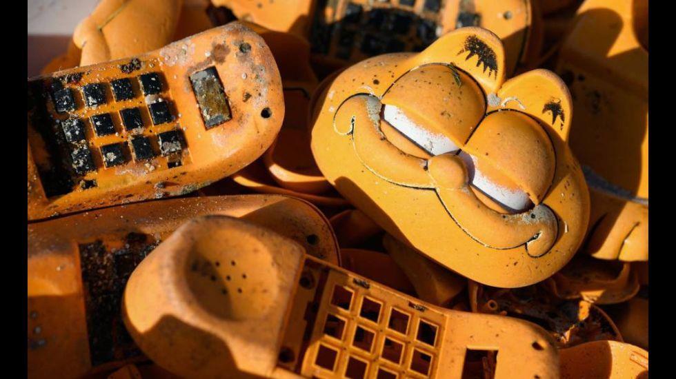 Teléfonos con forma de Garfield, patos de hule y otras maneras ridículas de contaminar playas y mares.