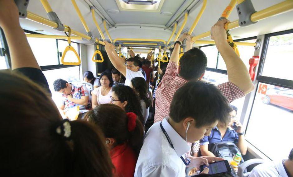 La sensación de calor aumenta en el interior de un bus del Metropolitano, sobre todo en temporada de verano. (Foto: El Comercio)