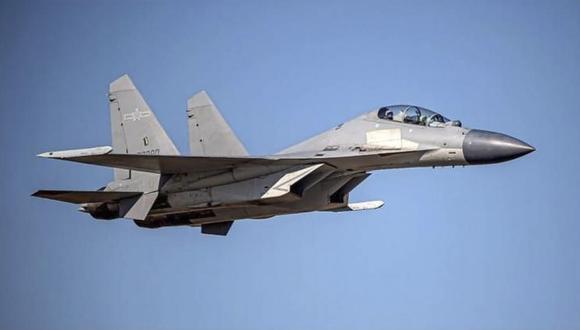 En esta foto sin fecha dada a conocer por el Ministerio de Defensa de Taiwán, un cazabombarderos chino PA-J16 vuela en un área no revelada. (Ministerio de Defensa de Taiwán via AP).