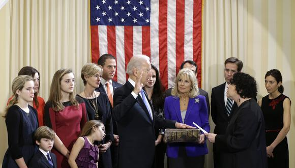En esta foto del 2013, Joe Biden toma juramento por segunda vez como vicepresidente. El demócrata está rodeado de su esposa Jill, sus hijos y sus nietos. (AP)