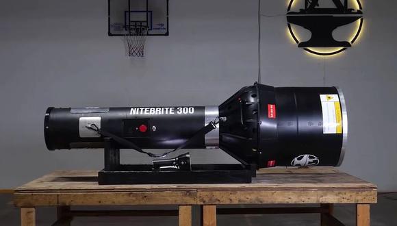 Así luce el Nitebrite 300 creado por el canal de YouTube Hacksmith, una enorme linterna equipada con 300 LED que se convirtió en el modelo más potente del mundo según el registro Guinness.