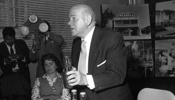 LIMA, 29  DE OCTUBRE DE 1960VISITA A LA PLANTA DE GASEOSA INCA KOLA DIRIGIDA POR ISAAC LINDLEY.FOTO: EL COMERCIO