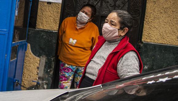 Personas vulnerables, mayores de 60 años, en el distrito de Santa Anita, listos para realizarse un chequeo de salud por la pandemia (Foto: Ernesto Benavides / AFP)
