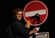 El artista que vuelve divertidas las señales de tránsito
