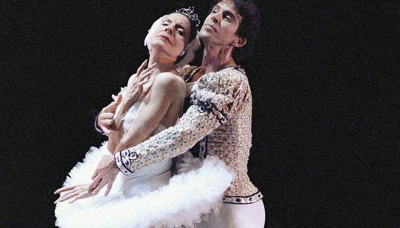 """Alicia Alonso y Orlando Salgado bailando """"El lago de los cisnes"""". (Foto: AFP)"""