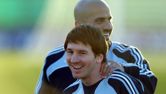 Lionel Messi y Juan Verón jugaron el Mundial 2010 con la 'Albiceleste'. (Foto: AFP)
