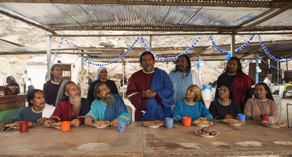 Juan Ataucusi (hijo de Ezequiel, de pie, con túnica celeste y blanca) y otros dirigentes israelitas en el nuevo templo de Carabayllo, en 2015. FOTOS: Elias Alfageme