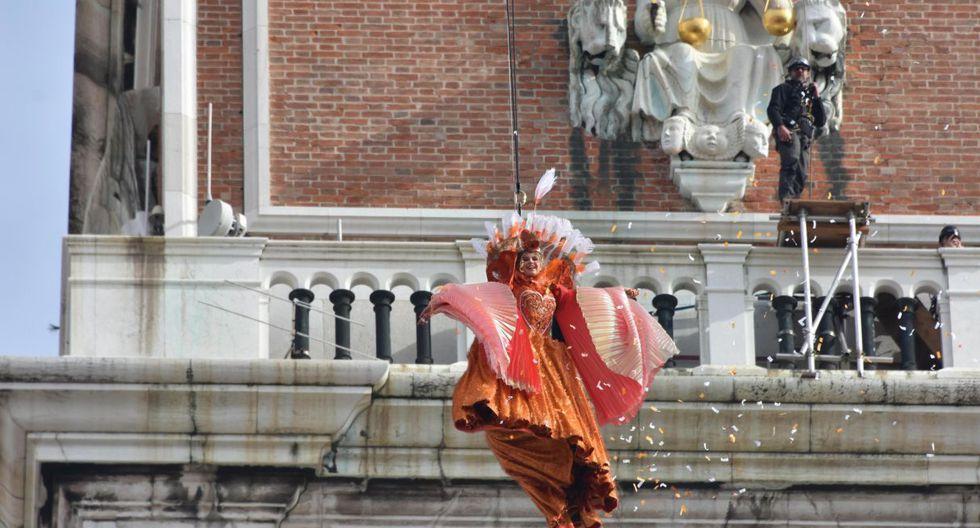 El ángel se lanza desde el campanario de la plaza y cautiva a los turistas que llegan a la plaza San Marcos. (EFE).