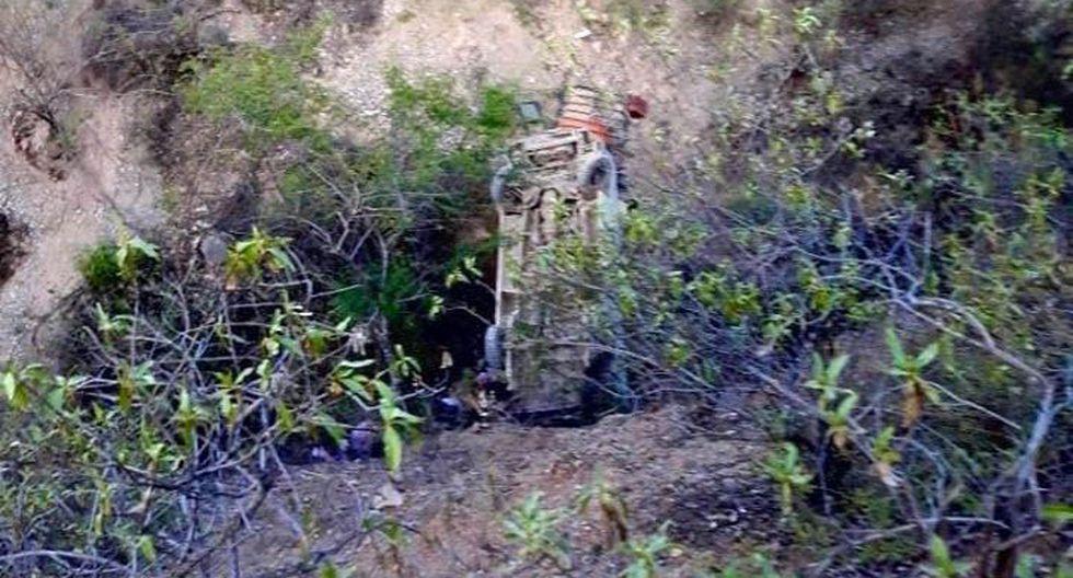 La unidad que llevaba docentes se precipitó a un abismo en el centro poblado Pacaycocha, en la ruta departamental PE-12B.  (Foto: Radio Sihuasino)