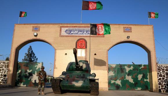 Un soldado del ejército de Afganistán monta guardia afuera de la base militar 207 Zafar Corps, durante el mes sagrado musulmán del Ramadán en medio de la pandemia del coronavirus en Herat. (EFE / EPA / JALIL REZAYEE).