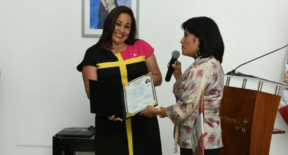 Más del 50% de nacionalizados peruanos en último año son mujeres