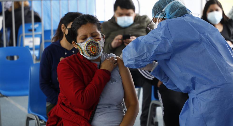 Las brechas de vacunación por edades también han ido reduciéndose. La inmunización completa ya supera el 50% en el grupo de 40 a 50 años y bordea el 70% en el de 50 a 60 años. Sin embargo, el 25% de adultos mayores (más de 1 millón) no está vacunado completamente.  (Foto: Eduardo Cavero/@photo.gec)