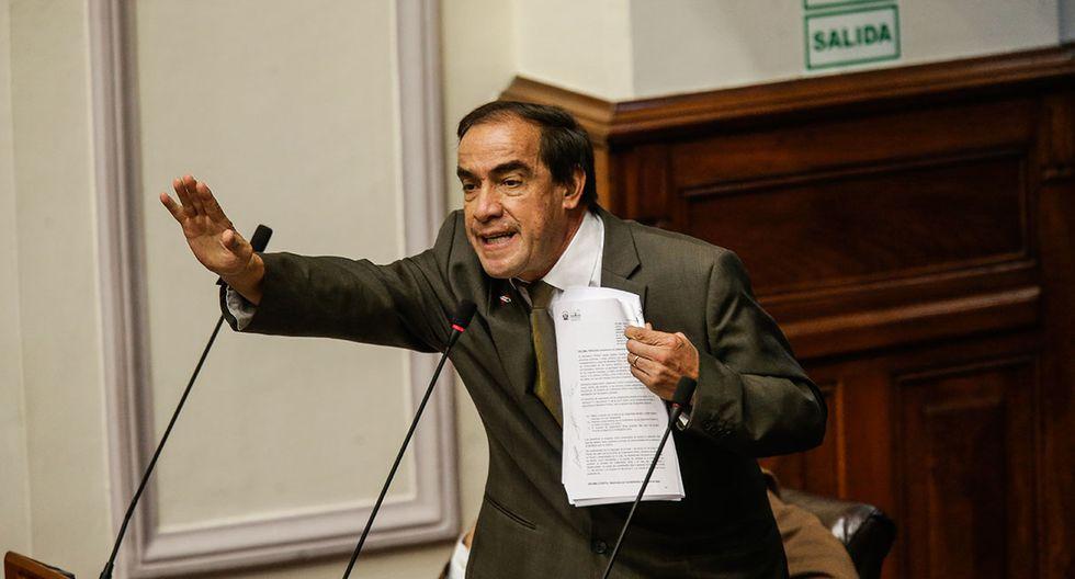 Yonhy Lescano, congresista de Acción Popular, participando en el debate del pleno del Congreso que duró aproximadamente unas 10 horas. (Anthony Niño de Guzmán / El Comercio)