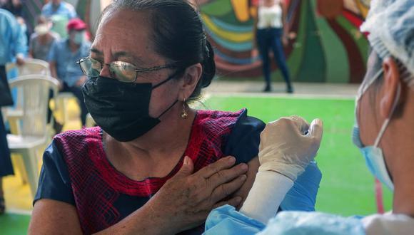 Una mujer indígena zapoteca del Istmo de Tehuantepec recibe una vacuna contra el coronavirus Covid-19 en Juchitán de Zaragoza, estado de Oaxaca, México el 22 de abril de 2021. (Foto de FRANCISCO RAMOS / AFP).