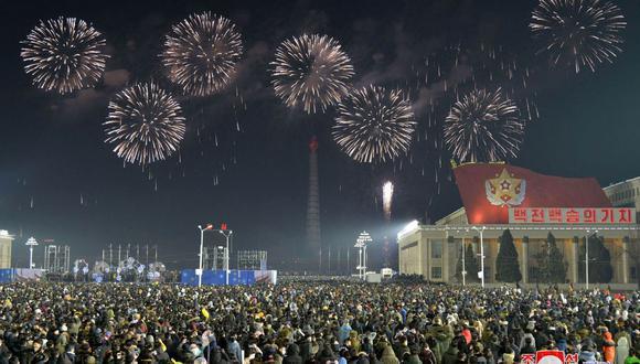 Esta foto tomada y publicada el 1 de enero de 2021 por la Agencia Central de Noticias de Corea (KCNA) de Corea del Norte muestra fuegos artificiales lanzados en la Plaza Kim Il-sung en Pyongyang a la medianoche para celebrar el Año Nuevo. (Foto de STR / KCNA A TRAVÉS DE KNS / AFP).