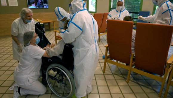 En España, se autoriza a contratar a personal que no haya conseguido plaza en la pasada convocatoria de acceso a las especialidades, lo que supondría en total unos 10.000 profesionales para aliviar la sobrecarga de la Sanidad Pública. (Foto: LLUIS GENE / AFP)