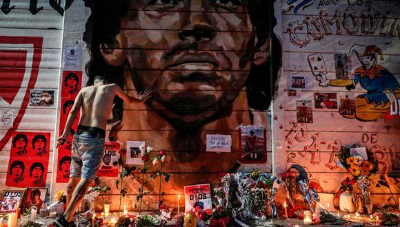 Un improvisado altar hecho en una de las paredes del estadio de Argentinos Juniors, uno de los primeros clubes que acogió a Diego Armando Maradona. AFP