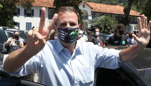 El candidato Eduardo Paes (DEM) saluda en un centro de votación en la ciudad de Río de Janeiro (Brasil). (Foto: EFE/Fábio Motta).