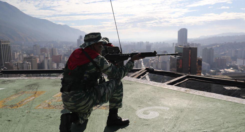 """El presidente socialista Nicolás Maduro justificó el viernes las maniobras asegurando que en territorio brasileño hay """"grupos terroristas (...) preparando ataques e incursiones militares contra Venezuela"""". (EFE/ Miguel Gutiérrez)."""