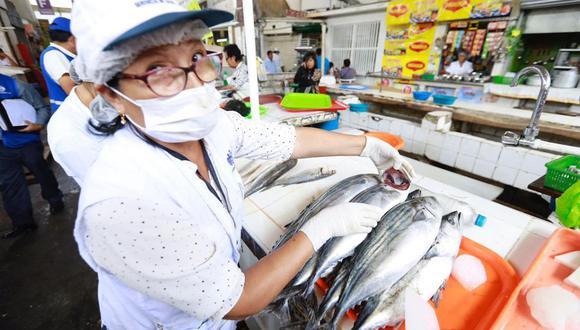 El INS desestimó las versiones que circulan en redes sociales respecto a que no se debe consumir pescado después de la vacunación. (Foto: Difusión)