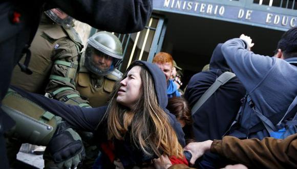 Policía chilena desaloja a escolares parapetados en ministerio