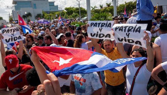Cubanoamericanos asisten a manifestación de apoyo a los manifestantes en Cuba, frente al restaurante cubano Versailles en Miami, Florida, Estados Unido. (Foto: EFE / EPA / CRISTOBAL HERRERA-ULASHKEVICH).