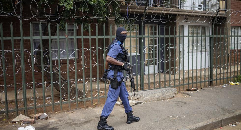 Un miembro del Servicio de Policía de Sudáfrica (SAPS) patrulla en el CDB de Johannesburgo. (AFP/Michele Spatari).