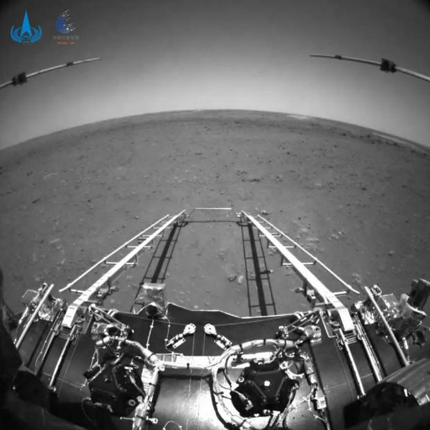 Las imágenes frontales muestran el paisaje llano de Utopia Planitia. (CNSA)