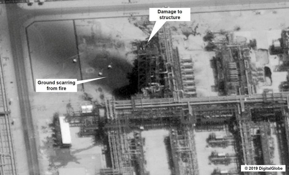 Imagen satelital que muestra los daños a la infraestructura de la empresa de Arabia Saudita Aramco, que fue atacada con drones el sábado. (Reuters).