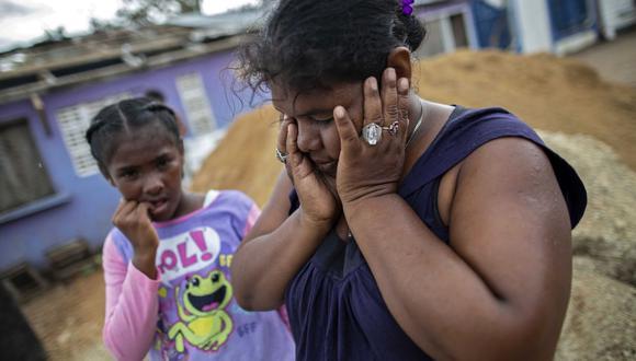 Una mujer hace un gesto junto a su hija mientras esperan ser evacuados de la comunidad de Karata a Bilwi, Puerto Cabezas, Nicaragua, antes de la llegada del huracán Iota. (Foto de STR / AFP).