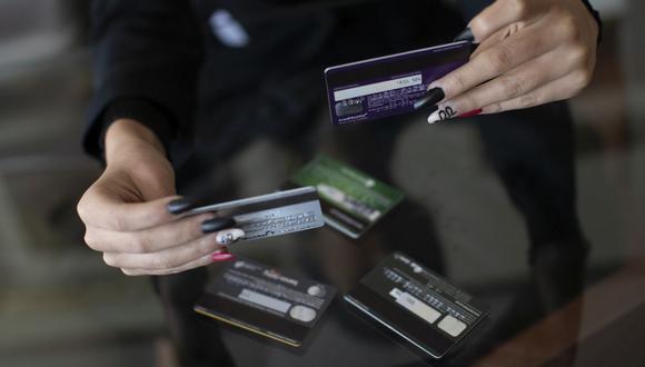 La tasa promedio de interés que se le cobra a un jefe de familia de recursos limitados cuando adquiere por primera vez una tarjeta de crédito es de 81%. (Foto: Cesar Campos / GEC)