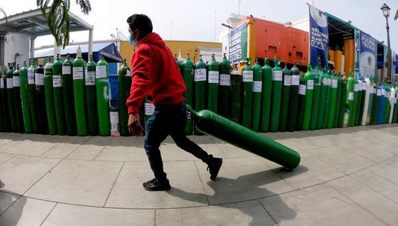 Trujillanos esperan hasta tres días para poder recargar sin costo un balón de oxígeno en una de las plantas instaladas por el municipio en la plaza de armas (El Comercio/Oscar Paz Campuzano)