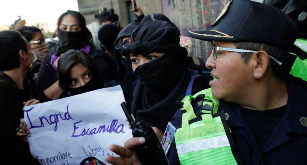 Un oficial de la policía conversa con los manifestantes durante una protesta contra la violencia de género en el centro de la Ciudad de México. (Reuters).