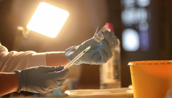 Imagen referencial. El asistente de un doctor prepara una dosis de la vacuna contra el coronavirus en Alemania. EFE