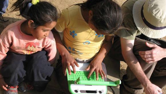 En la imagen niños de Arahuay usando sus laptops. Era el 2007 y se trataba del piloto de OLPC en el Perú. [ Foto: Marcela Mendoza]